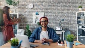 在办公室屋子里迅速移动微笑年轻人的定期流逝看照相机 影视素材