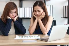在办公室工作场所的可爱的年轻亚裔投资顾问妇女  分析和战略企业概念 库存照片