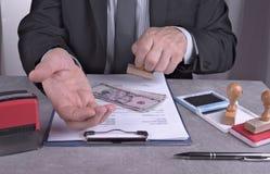 在办公室工作的人请求贿款在欧元或以美元 免版税库存图片