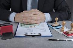 在办公室工作的人请求贿款在欧元或以美元 免版税图库摄影