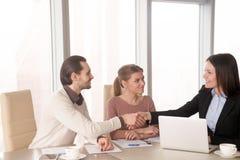在办公室成为在业务会议的握手的伙伴,谈论w 库存照片