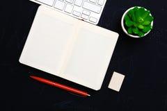 在办公室打开日报、一台计算机和一个智能手机在桌面上 免版税库存图片