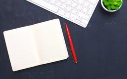 在办公室打开日报、一台计算机和一个智能手机在桌面上 库存图片