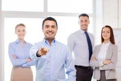 在办公室把手指指向的商人您 免版税库存照片