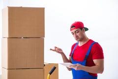 在办公室期间的承包商工作者移动的箱子移动 免版税库存图片