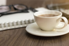 在办公室桌上的一个coffice杯子在日出 库存图片