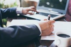 在办公室桌上的商业文件与便携式计算机和grap 免版税图库摄影