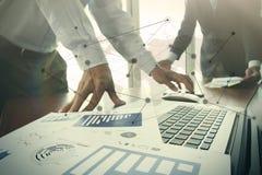 在办公室桌上的商业文件与巧妙的电话和数字式 免版税库存图片