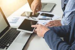 在办公室桌上的商业文件与巧妙的电话和数字式 免版税图库摄影