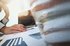 在办公室桌上的商业文件和便携式计算机和图表 免版税库存照片