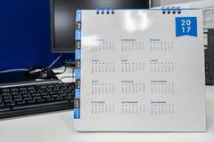 2017在办公室桌上的日历标记会议的 图库摄影