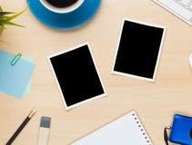 在办公室桌上的照片框架与笔记薄、计算机和照相机 免版税图库摄影