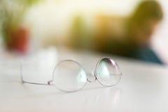在办公室桌上的钛镜片外缘 免版税库存照片