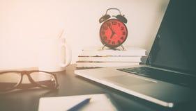 在办公室桌对象的红色闹钟 免版税库存图片