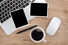 在办公室桌的空白的立即照片框架 免版税库存照片