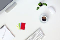 在办公室概念白色表计算机笔记薄咖啡的新的天 免版税库存图片