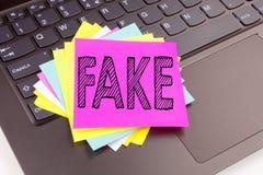 在办公室特写镜头做的文字假新闻文本在便携式计算机键盘 假新闻车间的企业概念关于bla 免版税库存照片