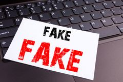 在办公室特写镜头做的文字假新闻文本在便携式计算机键盘 假新闻车间的企业概念关于bla 库存照片