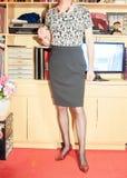 在办公室环境里站立的女商人 免版税库存照片
