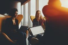 在办公室窗口附近的业务会议 库存照片