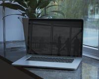 在办公室设置的膝上型计算机 免版税库存图片