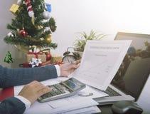 在办公室递今年举行年终报告和坐在圣诞节 免版税库存图片