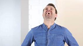 在办公室里笑的中世纪的人 股票录像