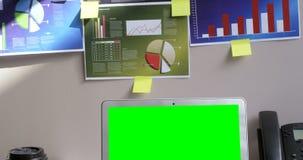 在办公室4k注标图和膝上型计算机在书桌上 股票录像