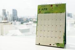 在办公桌上的创造性的设计4月日历任命提示的 库存照片