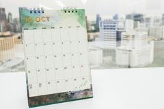 在办公桌上的10月日历 免版税库存图片