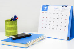 在办公桌上的12月日历 免版税库存图片