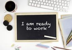在办公桌上的黑板有文本的:我准备工作 免版税库存照片