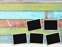 在办公桌上的黑白老空白的照片框架 图库摄影