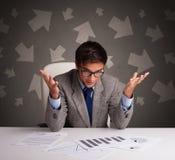 在办公桌前面的经理有方向概念的 库存图片