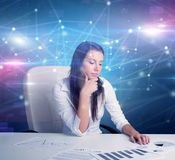 在办公桌前面的经理有链接概念的 免版税库存照片