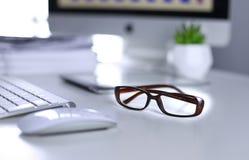 在办公桌和办公用品上的玻璃 与很多事的办公桌桌对此 r r 免版税库存照片