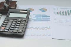 在办公桌投资的conce的计算器和物产 免版税库存照片