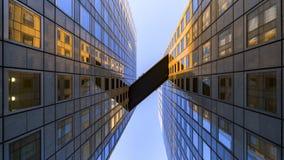 在办公楼之间的天空桥梁 库存照片