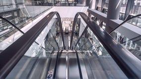 在办公楼内部的移动的自动扶梯  免版税库存照片