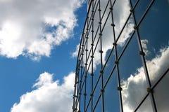 在办公楼反映的天空 免版税库存照片
