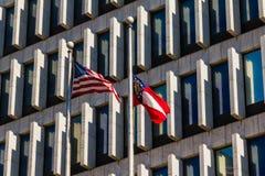 在办公楼背景的旗子  库存图片