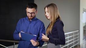 在办公楼里面 上司作指示经理 一个人显示关于剪贴板的信息 影视素材