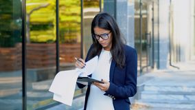 在办公楼附近的严肃的女实业家上司 她是不满意的与职员工作  年轻成熟女性办公室 股票录像