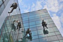 在办公楼,被采取的照片的风窗清洁器20 05 2014年 图库摄影