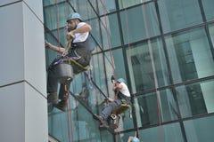 在办公楼,被采取的照片的风窗清洁器20 05 2014年 免版税图库摄影