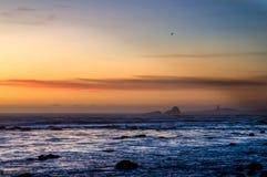 在加利福尼亚中海岸的彼德拉斯布兰卡斯灯塔  库存照片