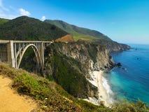 在加利福尼亚和平的岩石海岸的桥梁  免版税图库摄影