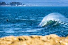 在加利福尼亚完善打破在南圣克鲁斯的波浪 图库摄影