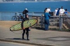 在加利福尼亚完善打破在南圣克鲁斯的波浪 免版税图库摄影
