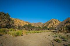 在加利福尼亚小山的干河床 免版税图库摄影